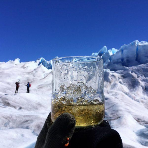Whisky servito con il gelido ghiaccio del Perito Moreno